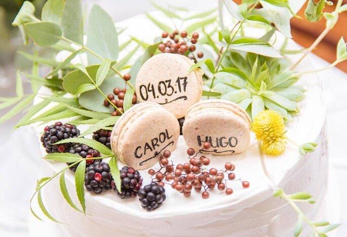 Macarons da May Macarons para mini wedding com escrito a mão.