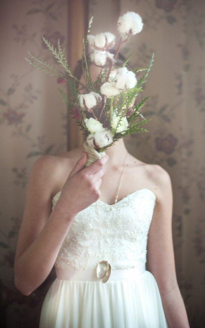 Vestido de novia sencillo con escote corazón y textil texturizado en el corpiño - Foto Blush Wedding Photography