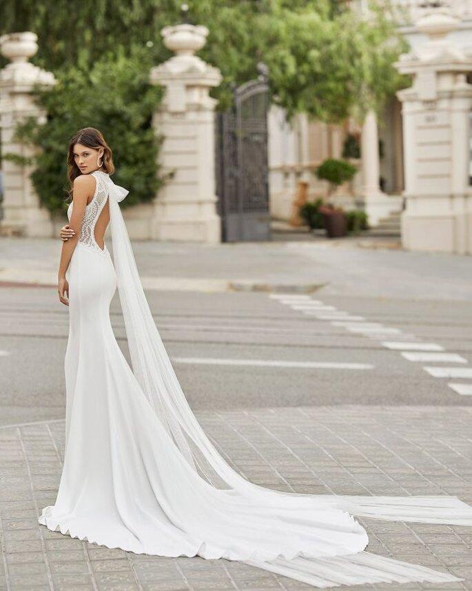 Vestido de novia con escote redondo en la espalda profundo hasta la cadera