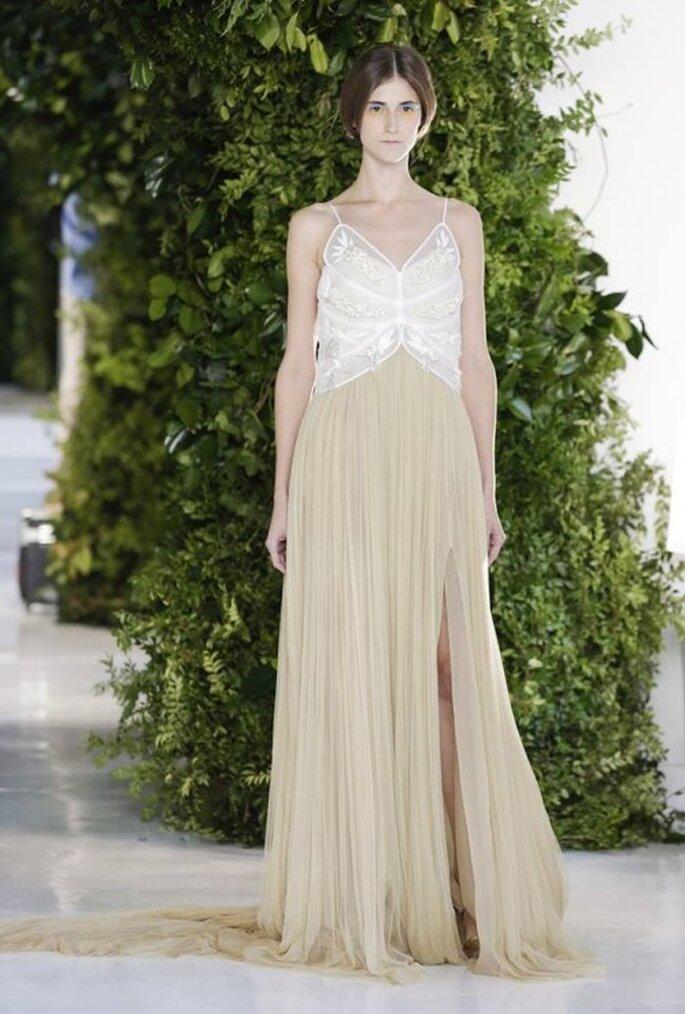 Vestido de novia con falda en color nude y top en tono blanco con delicados tirantes - Foto Delpozo