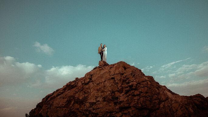 Deux mariée en haut d'une falaise enlacée