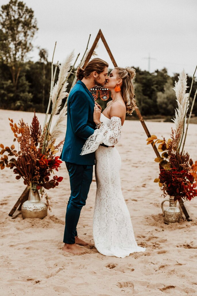 sich küssendes Brautpaar freie Trauung am Meer