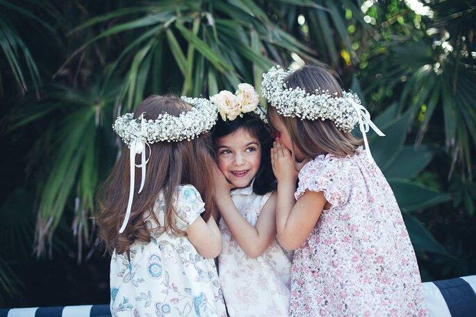 três meninas com vestidos floridos coroas de flores a brincar vestidos casamento