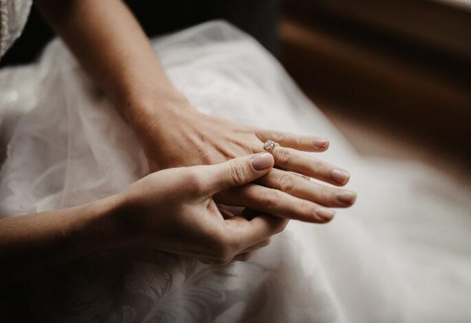 Die Braut zieht ihren Brautschmuck an.