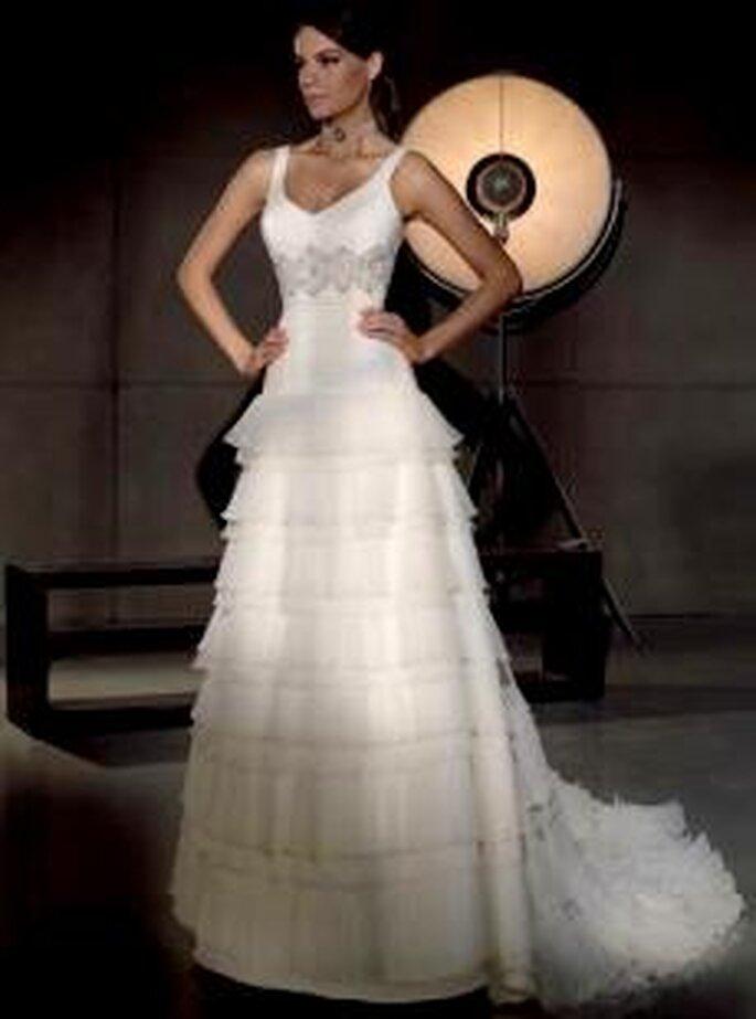Villais 2010 - Galo, vestido largo de corte princesa, en seda plisada, falda de volantes horizontales