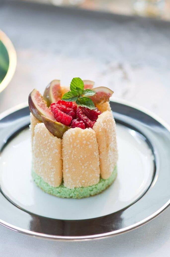 Mini Charlote de figo e frutos silvestres ao creme de laranja e amêndoas. Saint Morit's Buffet & Eventos - Foto: Henrique Peron Fotografia