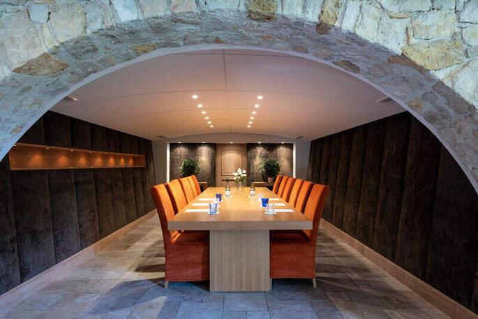 Terre de Rêve - Salle de réception lovée sous une alcôve de pierres, dotée d'une décoration moderne