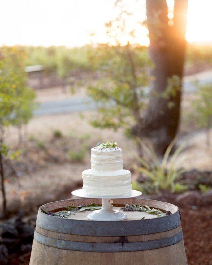 Eine schlichte Hochzeitstorte für Ihre minimalistische Hochzeitsfeier - Foto Robin Jolin Photography