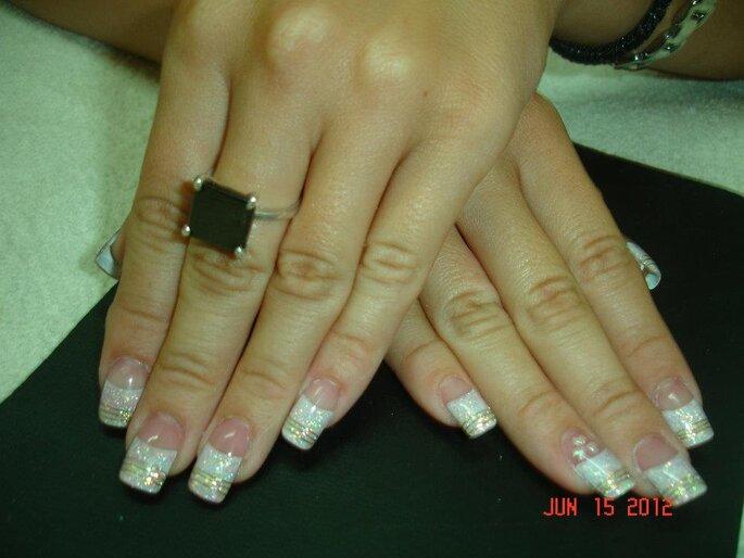 Brillos, rayas e incluso incrustaciones de pedrería se llevan actualmente en el diseño de uñas. Foto: Robby Nails