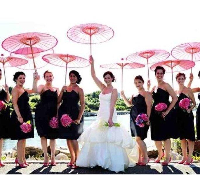 Photo mariée et demoiselles d'honneurs avec des ombrelles rouges - Mariage-original.com