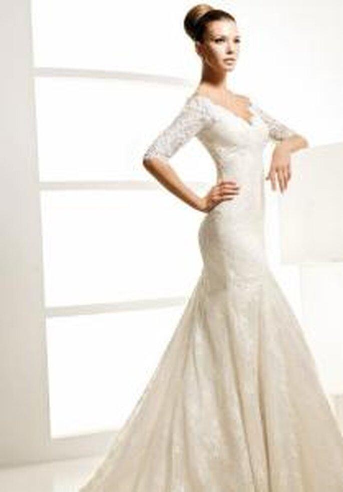 La Sposa 2010 - Landa, vestido largo de manga 3/4 en encaje, escote en V