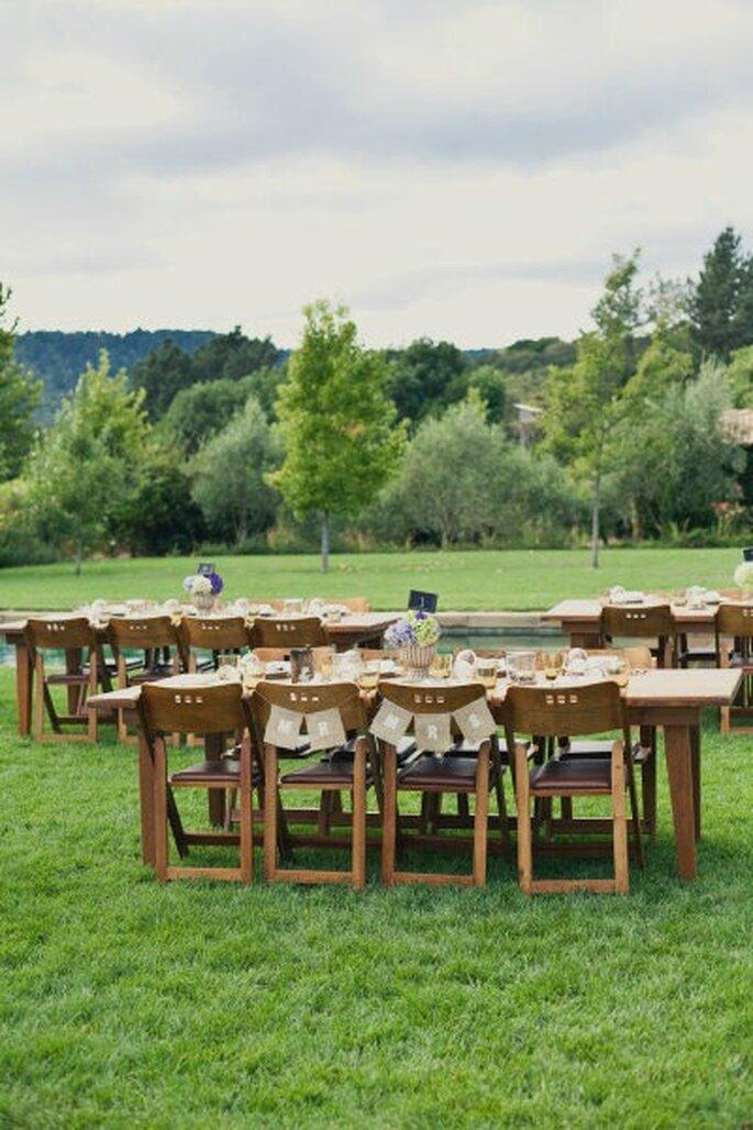 Personnalisez les chaises des mariés ! -Source : Style Me Pretty