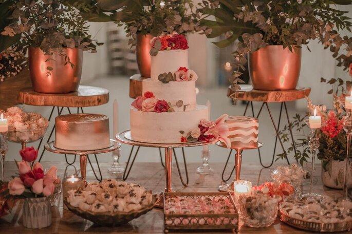 Mesa do bolo romântica e rústica