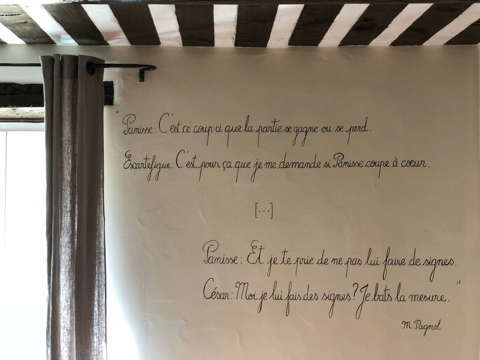 Citation de Marcel Pagnol sur le mur d'une chambre d'hôtes