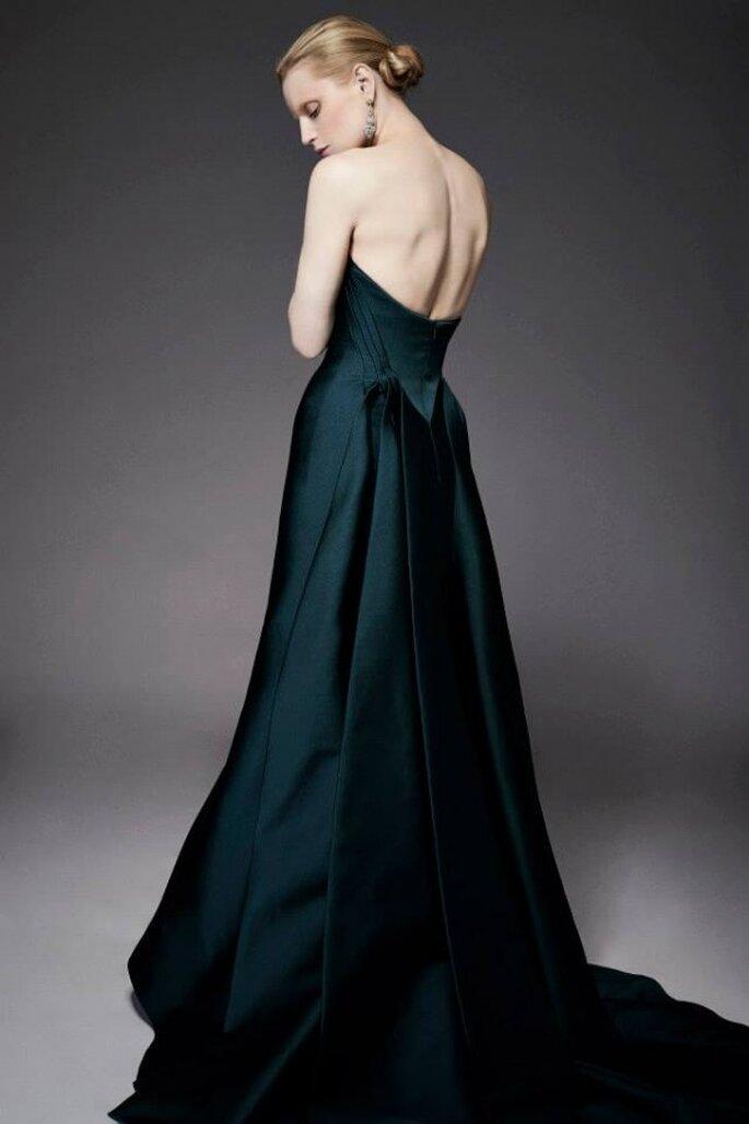 Vestido de fiesta en color verde intens con cauda larga y un hermoso marco desnudo en la espalda - Foto Zac Posen