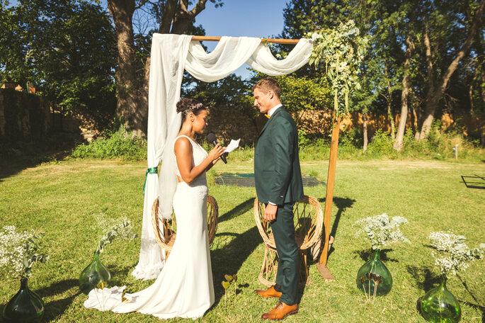 Les mariés prononcent leurs vœux à l'occasion d'une cérémonie laïque en extérieur