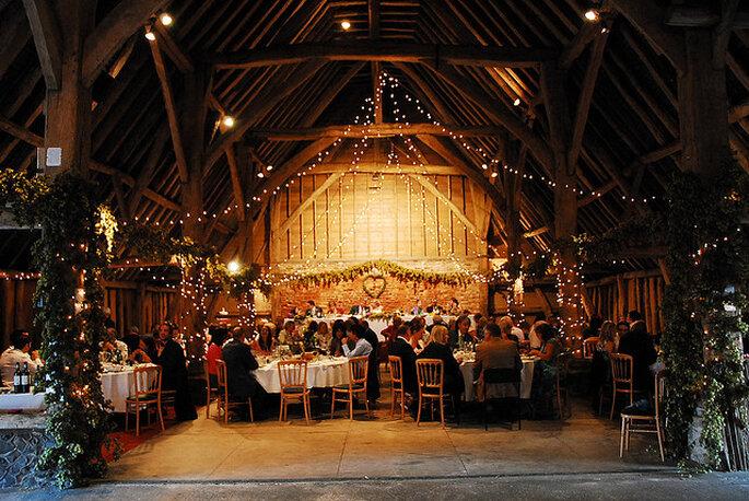 Ideas para la iluminación en una boda country. Foto: Charlie Evatt