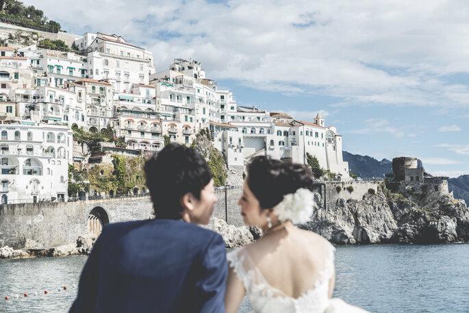 Neo sposi con sfondo della città sul mare