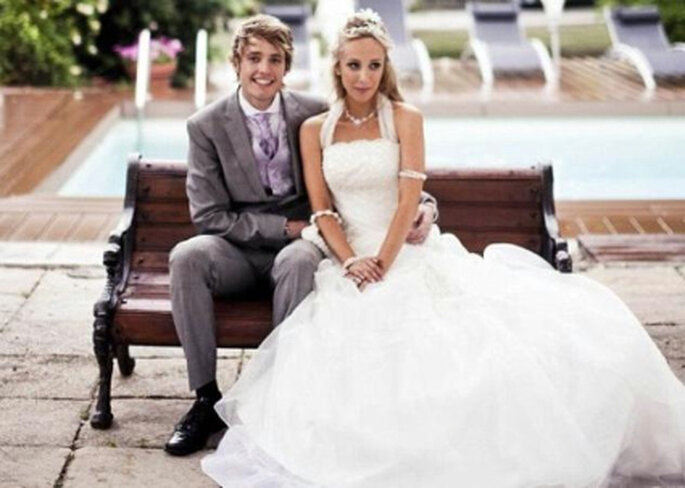 Helena Manca junto a su marido, con uno de los 9 trajes de novia que lució el día de su boda