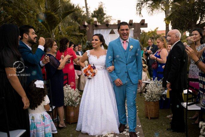 Saída dos noivos após a cerimônia ao ar livre