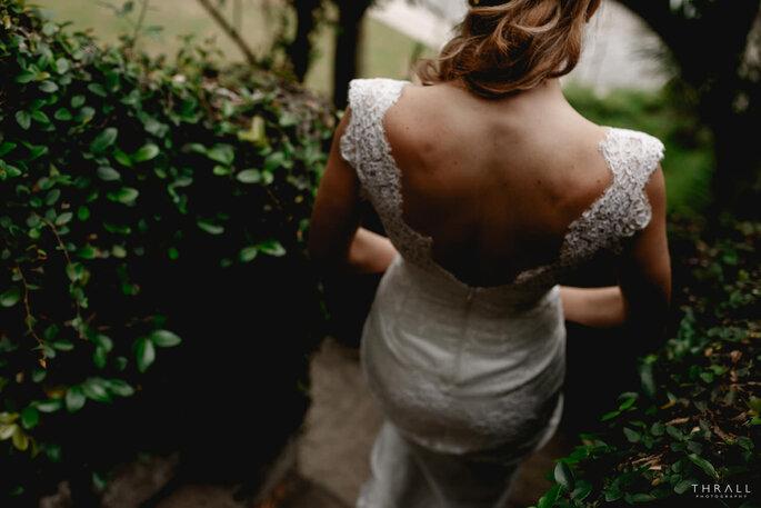 noiva de costas a andar vestido decote aberto costas descobertas