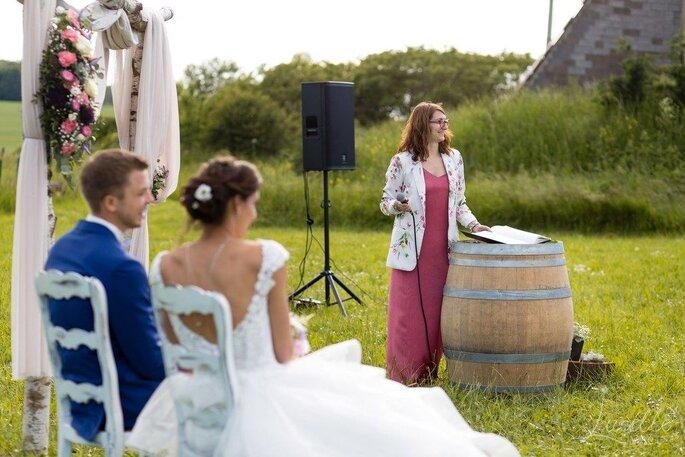 Sarah et un couple de mariés pendant une cérémonie laïque.