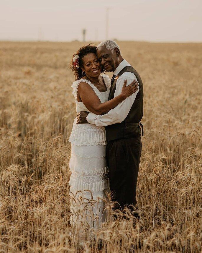 Casal negro com mais idade comemorando bodas