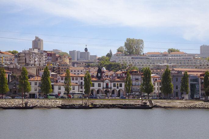 Caves de vinho do Porto na beira do Rio Douro. Foto: Diego Delso / Wikimedia