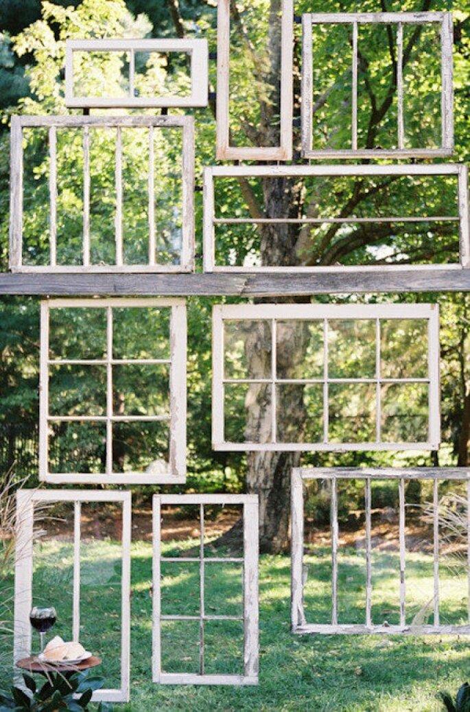 Holz und viel Grün für Ihre Hochzeitsdekoration - Foto Photography by Leah