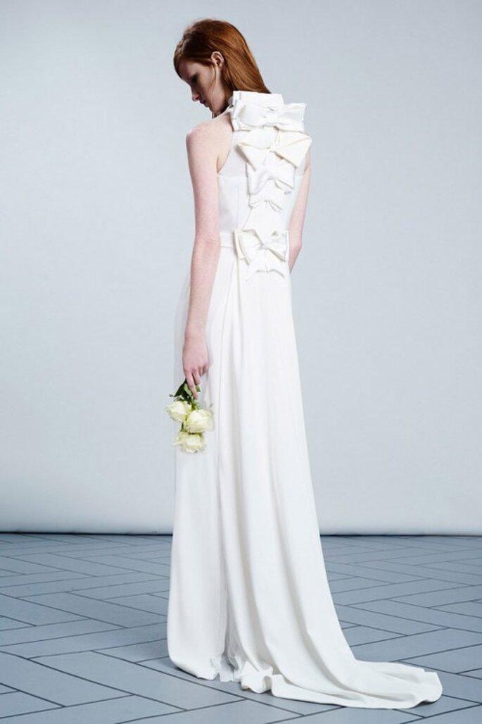 Vestido de novia femenino con moños en la espalda - Foto Viktor & Rolf