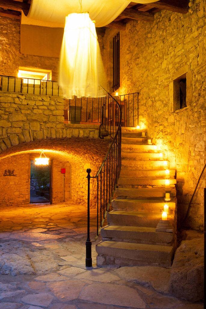 Des caves voûtées et un escalier en pierres - joliment éclairés