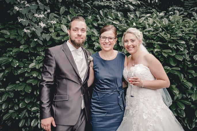 Das Brautpaar nach dem Ja-Wort gemeinsam mit Traurednerin Melanie Ring.