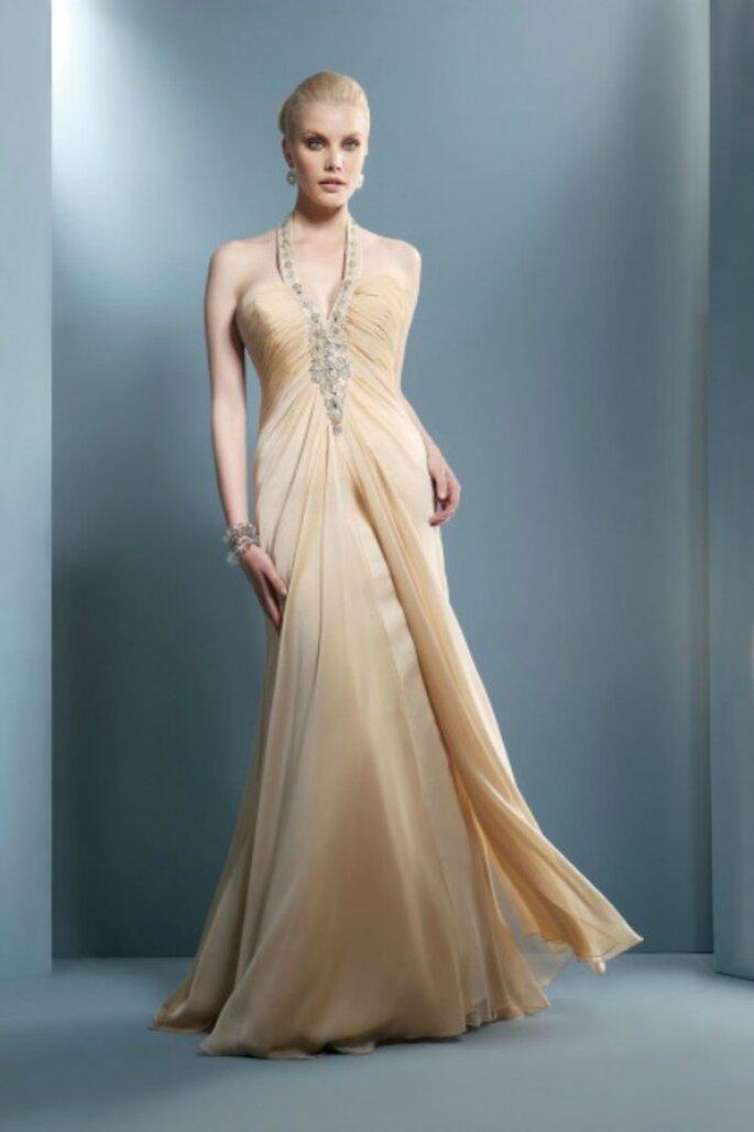 Bretelle gioiello e plissettatura sul decolletè per questo abito lungo color cipria. Demetrios Collezione 2012