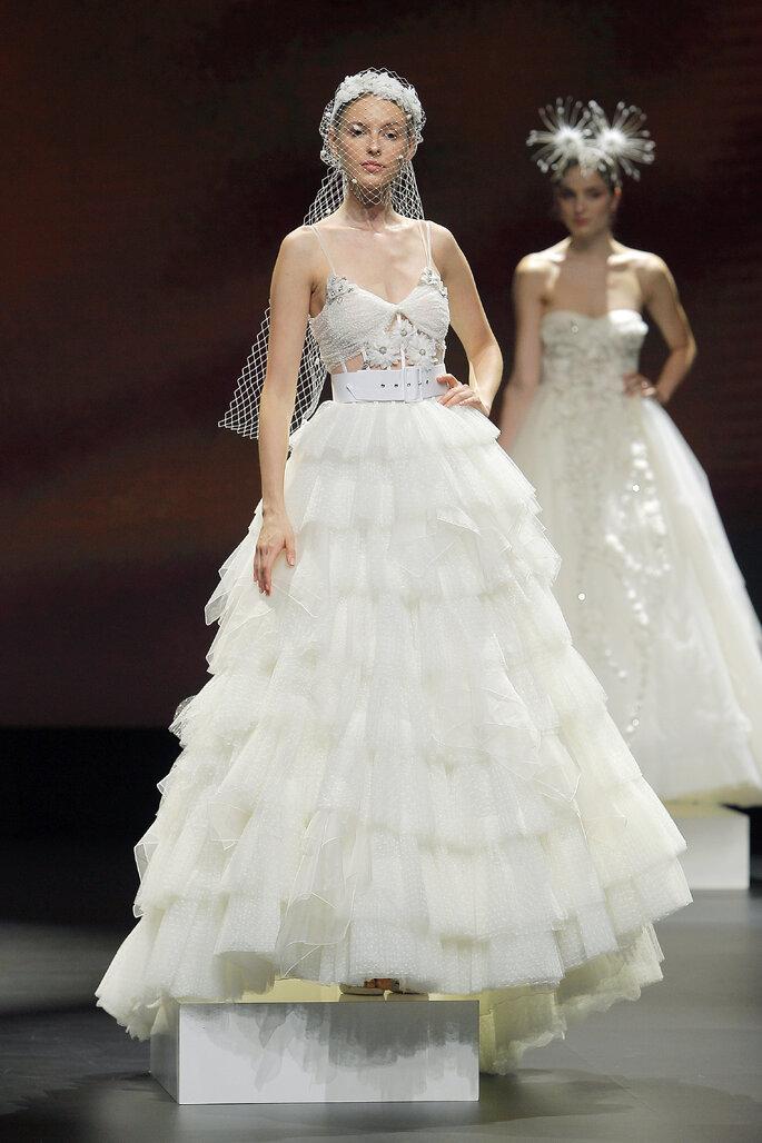 Colección Touch de Yolan cris - vestido de novia corte princesa de dos piezas con bustier de plumetti y la falda voluminosa con volantes de organza.