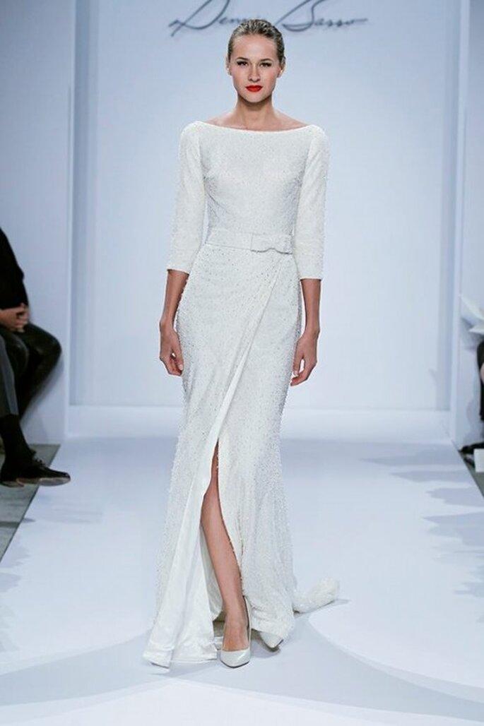 Vestido de novia con cuello ojal, mangas tres cuartos y abertura al frente - Foto Dennis Basso