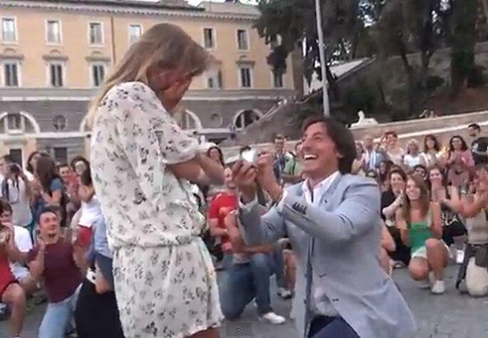 Renato chiede ad Alessandra di sposarlo in Piazza del Popolo a Roma. Foto: youtube.com