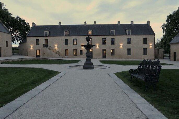 La fontaine du Domaine de la Cour des Lys, au centre de la cour d'honneur.