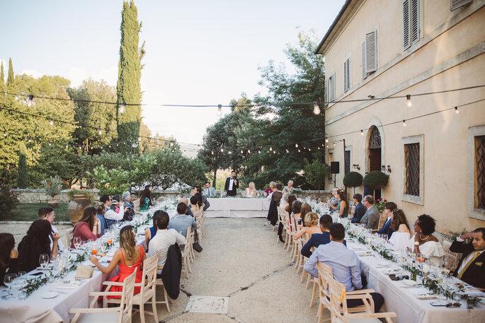 Le dîner de réception se tient sur cette photo en extérieur, dans la cour de la Villa Sabolini.
