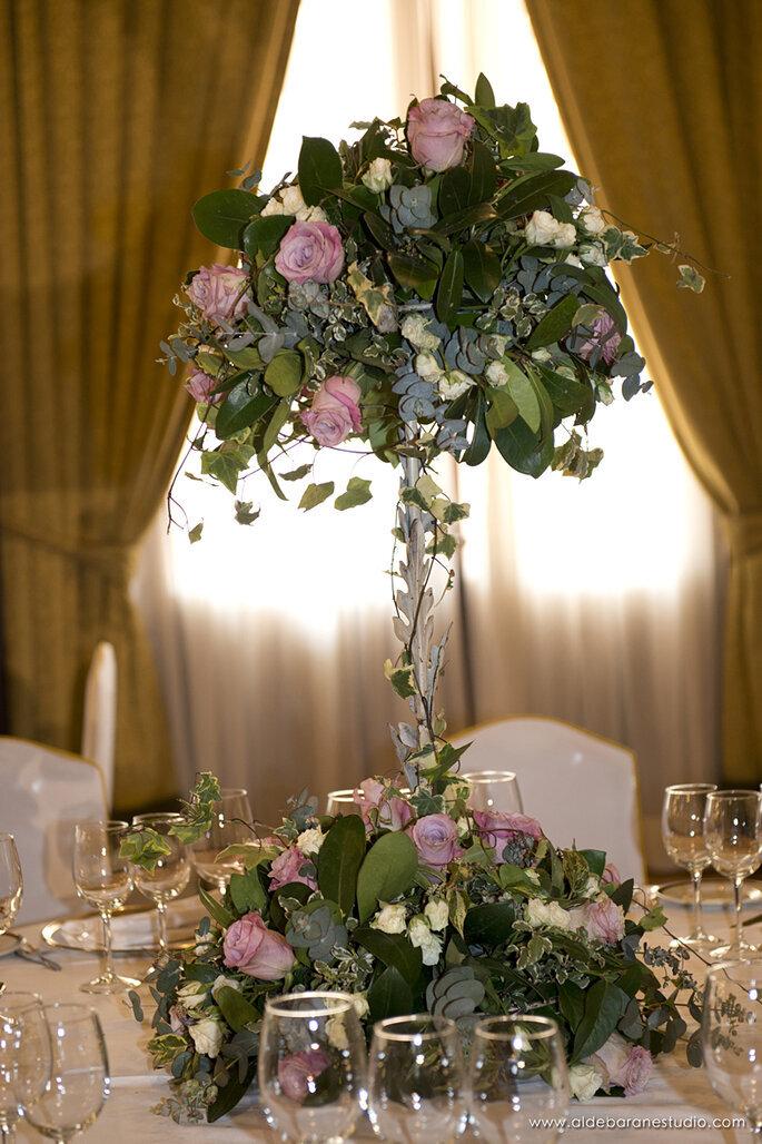 Un bouquet suspendu au centre d'une table pour le dîner
