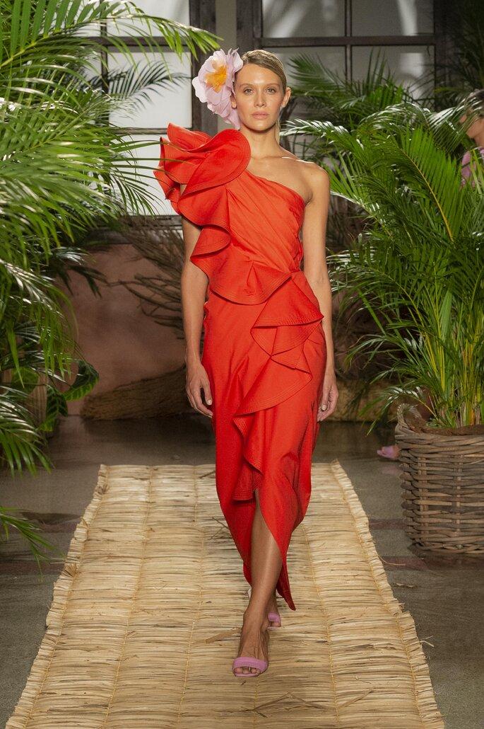 Vestido rojo con un solo hombro, bolero dramático a lo largo del diseño