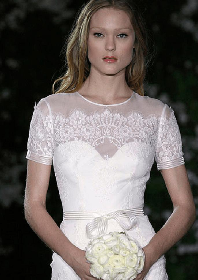 Magnifico abito di Carolina Herrera con scollatura a cuore velata romanticamente dai ricami. Foto: www.carolinaherrera.com