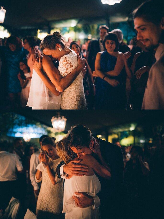 convidados abraçarem noivos no casamento