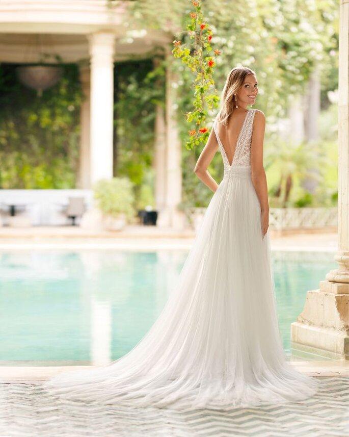 Rosa Clará Vestidos de novia sencillos vestidos de novia corte imperio de encaje con pedrería con escote en V y espalda ilusión, falda de tul.
