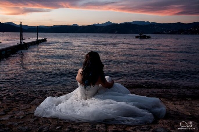 Novia viendo al mar posando con su vestido de boda - Foto: Arturo Ayala