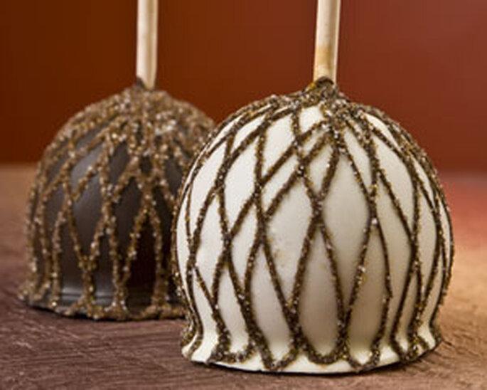 Frutas bañadas en chocolate y decoradas con hilos dorados de caramelo