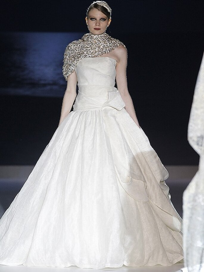 Robe de mariée avec jupe volumineuse et noeud. Collection Jesus Peiró 2013 Photo Barcelona Bridal Week
