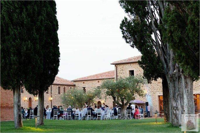 Une réception de mariage en extérieur à la tombée de la nuit dans un superbe parc, en Italie