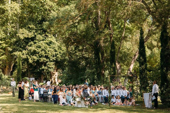 Une cérémonie laïque se tient dans un parc