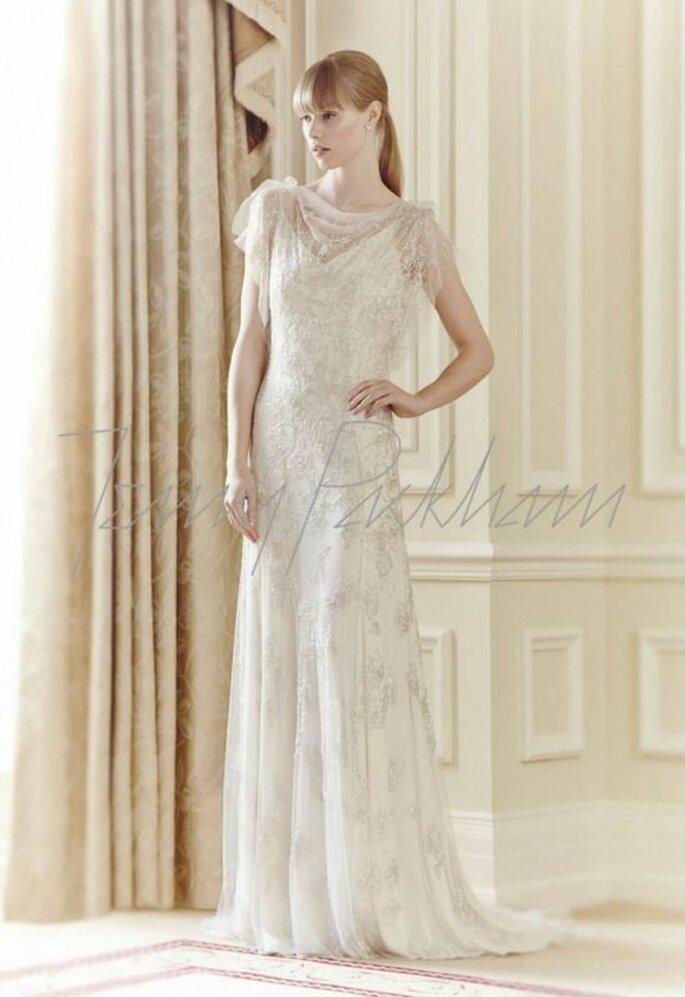 Vestido de novia 2014 en color blanco con detalles de pedrería, cuello ojal y mangas cortas holgadas - Foto Jenny Packham