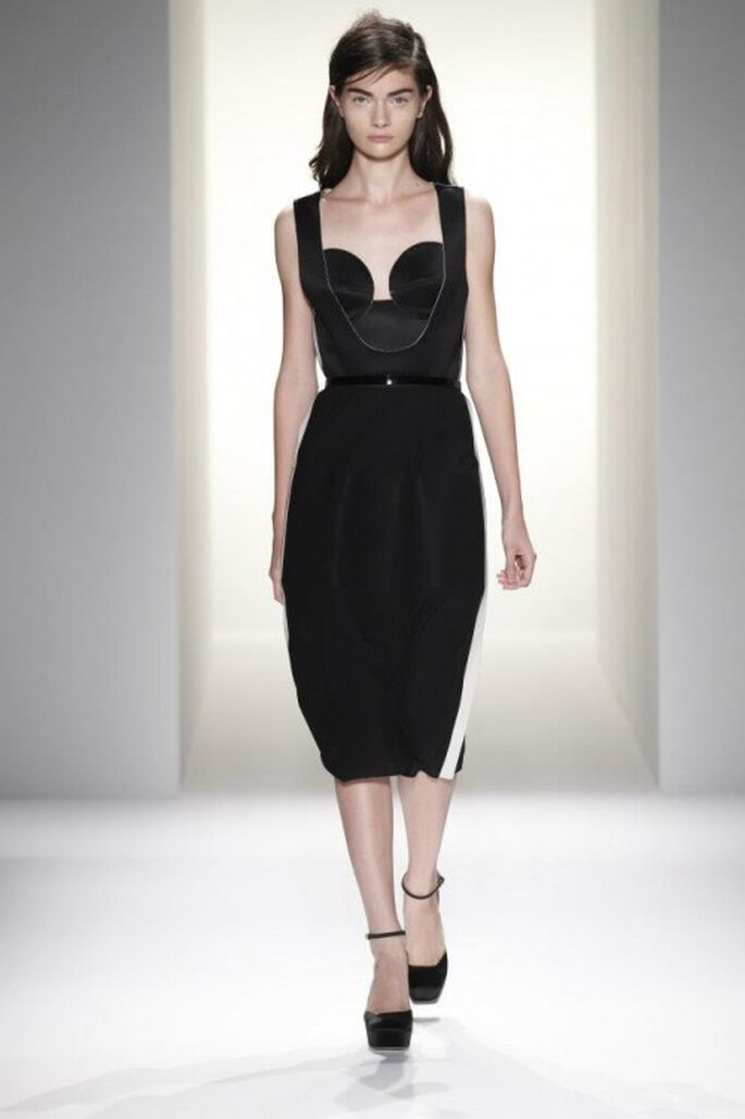 Vestido de fiesta para boda en color negro con detalle en la cintura y escote asimétrico - Foto Calvin Klein